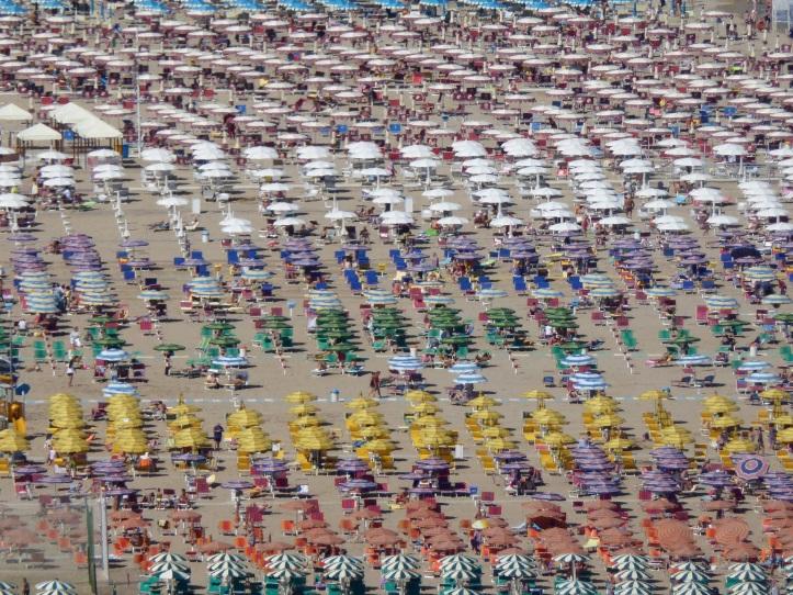 se ben ricordo questa foto mostra la spiaggia di Gabicce, sull'Adriatico. Anche questo è mare, almeno per altri...