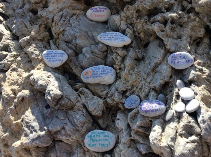 Sul retro dei sassi si possono lasciare messaggi istruttivi ai turisti che passeranno