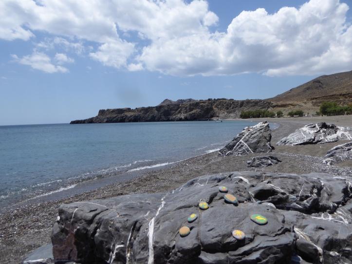 sassi abbandonati sulla spiaggia di ... a Creta