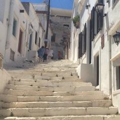 Turiste americane arrancano sulle scalinate di Apirathes