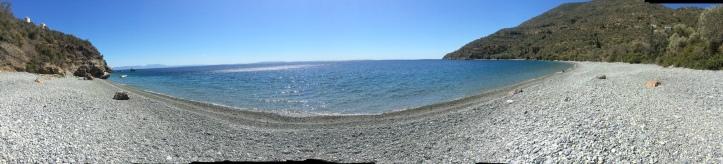 La spiaggia sotto Agios Nikolaos , a sud di Tirou
