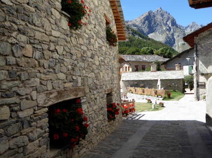 Chiappera, in lontananza la Rocca Provenzale