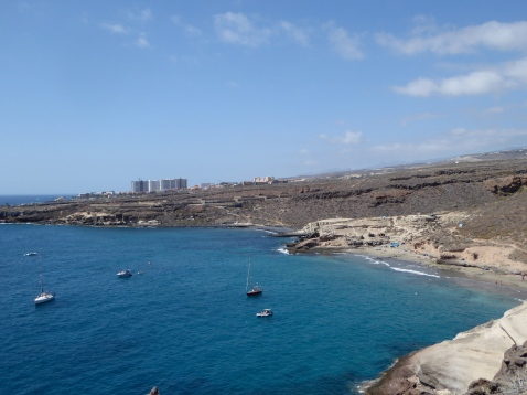 la spiaggia appare attraente da lontano...
