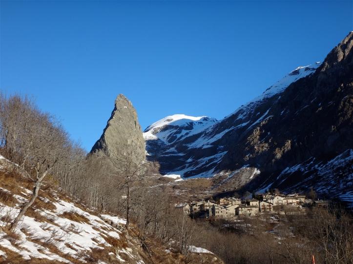 Chiappera e sullo sfondo la Rocca Provenzale nelle luci della mattina